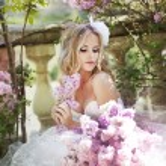 Beautiful bride in a lavender garden — Stock Photo