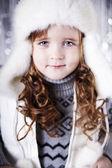 портрет улыбается девочка в смешной шапке, изолированные на белом фоне — Стоковое фото
