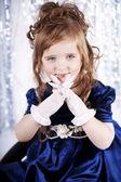 Criança morena linda no vestido. fundo azul. — Foto Stock