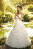 Beautiful bride posing in her wedding day — Стоковое фото