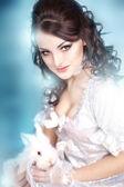 Belle fille du conte tient un lapin blanc — Photo