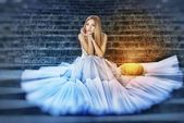 Cendrillon en une robe blanche — Photo