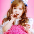 Girl eats chocolate — Stock Photo
