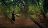 красивая готическая девушка в лесу — Стоковое фото