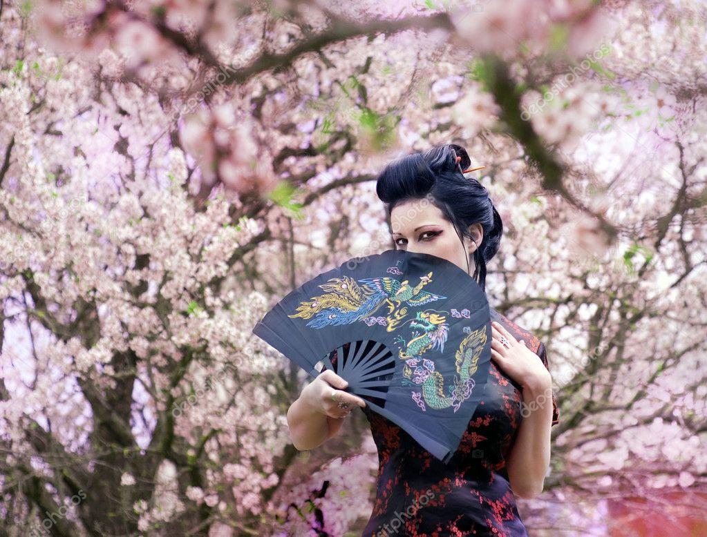 Artistico ritratto di donna di geisha giappone con make up for Sakura albero