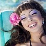 piękna kobieta, relaks na plaży leży na solarium — Zdjęcie stockowe