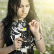 Beautiful girl in dress on the sunny daisy flowers field — Stock Photo