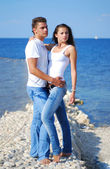 Beautiful girl with a guy on the sea — Stock Photo