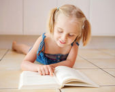 A little four year old girl reading — Foto de Stock