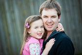 Een jonge vader met zijn 5-jarige dochter — Stockfoto