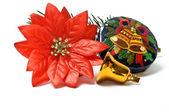 Küçük çan ve sahte yılbaşı çiçeği noel hediye kutusu kapalı — Stok fotoğraf