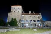Pohled zezadu na hradu tata v noci — Stock fotografie