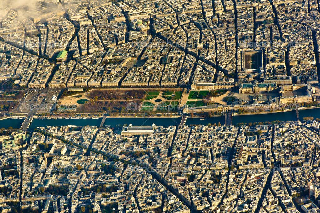 Louvre museum and its surroundings from the air in Paris, France — Stock Photo #8673294