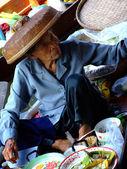 Bangkok December 2007.The old woman's female customers at Damnoen Saduak floating market, Bangkok Thailand — Stock Photo