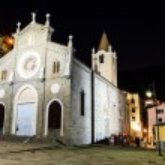 Illuminated Church in the Village of Riomaggiore at Night, Cinqu — Stock Photo