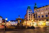 喷泉和 gamelltorv 在哥本哈根在晚上广场、 den — 图库照片
