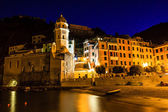 Vernazza Church and the Boat on the Beach at Night in Cinque Ter — Stock Photo