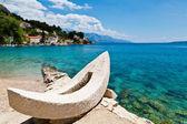 Bote blanco y azul bahía mar adriática en croacia — Foto de Stock