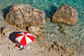 Red and White Parasol on the Rocky Beach in Croatia — Stock Photo