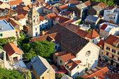 Panorama de la vieja ciudad omis y espíritu santo iglesia, croacia — Foto de Stock