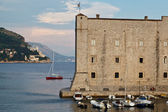Yacht Sailing behind Fort of Saint John in Dubrovnik, Croatia — Stock Photo