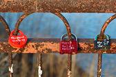 Serrures d'amour sur le pont rouillé sur la rivière volga près de samara — Photo