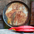 Huge Rusty Frying Pan for Fish in the Backyard in Camogli, Italy — ストック写真