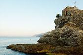 Castillo medieval de la aldea camogly en la mañana, italia — Foto de Stock