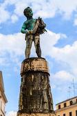 ロヴィニ、クロアチアの中央広場に少年の青銅色の彫像 — ストック写真
