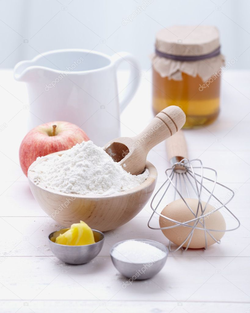 Ingredients and tools to make a cake, flour, butter, sugar,eggs  Foto Stock #9649758