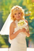 Close_up portrait happyness married bride with bouqet of roses. — Stock Photo