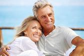 Couple d'âge mûr heureux en plein air. — Photo