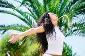 Güzel bir genç kadın rahatlatıcı — Stok fotoğraf