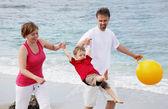 Gelukkige familie op het strand — Stockfoto