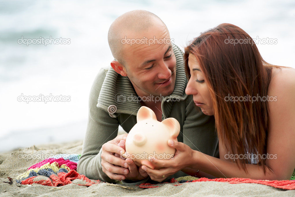 Young couple holding a piggy bank. — Stock Photo #8980106