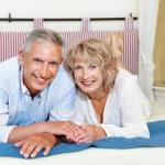glad äldre par hemma — Stockfoto