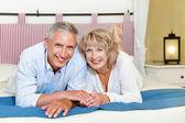 šťastný starší pár doma. — Stock fotografie
