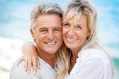 幸せなロマンチックなカップル屋外 — ストック写真
