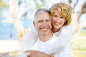 Gelukkige volwassen paar buitenshuis — Stockfoto