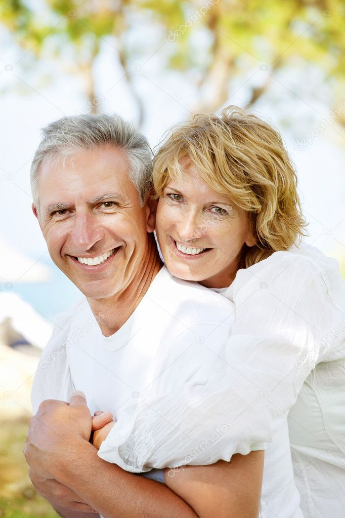 Portrait of a happy mature couple outdoors. — Stock Photo #9245968