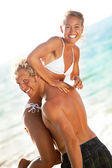 счастливая молодая пара на пляже — Стоковое фото