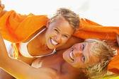 šťastný mladý pár na pláži — Stock fotografie