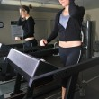 Young woman working out at the gym — 图库照片