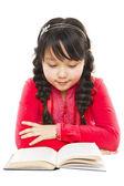 Kız öğrenci okuma kitabı — Stok fotoğraf