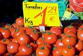 Rote tomaten verkauf — Stockfoto
