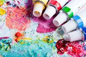 Tavolozza di colori con tubi di colore diverso — Foto Stock
