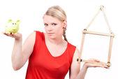 Jonge vrouw met huis symbool en piggy bank — Stockfoto