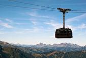 Ferrovia di cavo prima di paesaggio montano — Foto Stock