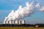 Centrale elettrica, torri di raffreddamento attraverso v3 — Foto Stock