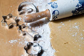 Rolling pin with flour and baking dishes in dough — Stok fotoğraf